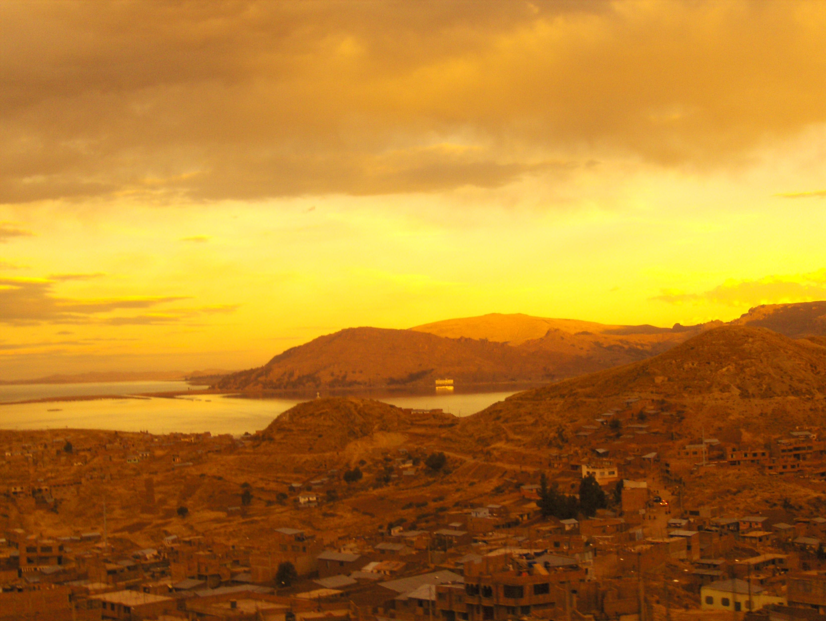 Vue de Puno au coucher du soleil